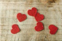 Herz gemacht von gekräuseltem rotem Papier Stockbilder