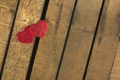 Herz gemacht von gekräuseltem rotem Papier Stockbild