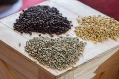 Herz gemachter Coffe-Bohnen-Designhintergrund Stockfotos