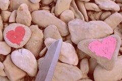 Herz gemalt mit Lippenstift auf Stück des Steins stockbilder