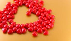 Herz geschaffen mit Süßigkeitsherzen stockfotografie