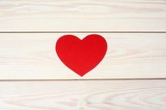 Herz geschnitten vom roten Papier Stockfotografie