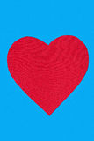 Herz geschnitten von Papier zu Stoff Lizenzfreies Stockfoto