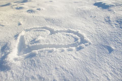 Herz gezeichnet auf den Schnee Stockfotos