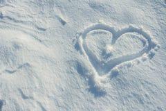 Herz gezeichnet auf den Schnee Stockbilder