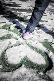 Herz gezeichnet auf den Schnee stockfotografie