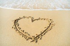Herz gezeichnet auf den Strandsand Stockbild