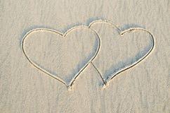 Herz gezeichnet auf Sand Stockfotos