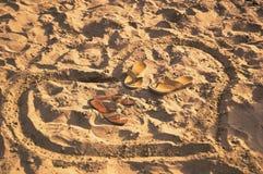 Herz gezeichnet auf Sand mit Schlafzimmer-slippes nach innen Lizenzfreie Stockfotos