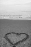 Herz gezeichnet in den Sand Stockfotografie