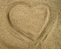 Herz gezeichnet in den Sand, ein Symbol der Liebe, Valentine& x27; s Lizenzfreie Stockfotos
