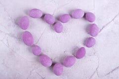 Herz, gezeichnet mit rosa Süßigkeit lizenzfreie stockbilder