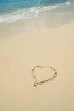 Herz gezeichnet in Sand auf dem Strand mit Kopien-Raum Stockfotos