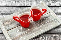Herz höhlt rustikalen hölzernen Hintergrund des roten Getränks Stockfotos
