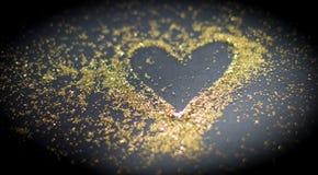 Herz im goldenen Pulver stockfotos