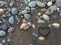 Herz im Sand lizenzfreie stockbilder