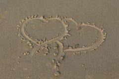 Herz im Sand Brown-Sand Lizenzfreie Stockfotografie