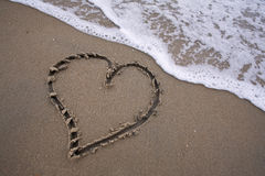 Herz im Sand - lieben Sie den Strand Stockbild
