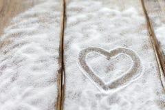 Herz, Liebe auf dem Hintergrund der Bretter ist nicht der Hintergrund des Schnees, Valentinsgruß ` s Tag, der Feiertag der Liebe Stockbild
