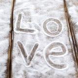 Herz, Liebe auf dem Hintergrund der Bretter ist nicht der Hintergrund des Schnees, Valentinsgruß ` s Tag, der Feiertag der Liebe Lizenzfreies Stockbild