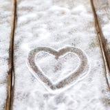 Herz, Liebe auf dem Hintergrund der Bretter ist nicht der Hintergrund des Schnees, Valentinsgruß ` s Tag, der Feiertag der Liebe Stockfotos