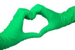 Herz machte durch zwei Hände in den Latexhandschuhen auf Weiß stockfotos