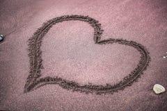 Herz malte auf dem Sand auf dem Strand lizenzfreie stockbilder