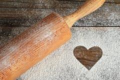 Herz, Mehl und Nudelholz lizenzfreies stockbild