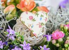 Herz mit Blumen modelliert, wilde malvenfarbene Blumen, rosa Calandiva-Blumen Lizenzfreie Stockbilder