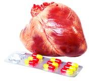 Herz mit den Pillen lokalisiert lizenzfreies stockfoto