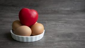 Herz mit Eiern lizenzfreies stockfoto