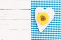 Herz mit gelber Blumenblüte, Hintergrund für romantische Grußkarte Stockbild