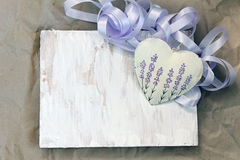 Herz mit Lavendelbild auf dem Hintergrund von altem Weichzeichnung, tonend, Hintergrundmodus Stockfoto