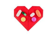 Herz mit Medizin auf Isolathintergrund Stockbilder