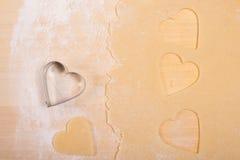 Herz mit Mehl und Teig Stockfoto