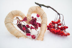 Herz mit roten Beeren auf dem Schnee Stockfotografie