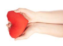 Herz mit zwei Händen sorgfältig halten Lizenzfreie Stockbilder