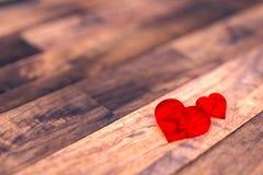 Herz mit zwei Rottönen auf Holzfußboden Lizenzfreie Stockfotos