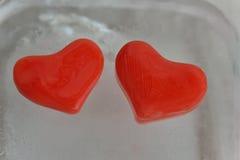 Herz mit zwei Rottönen des Eises Stockbild
