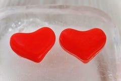 Herz mit zwei Rottönen des Eises Lizenzfreies Stockfoto