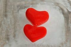 Herz mit zwei Rottönen des Eises Lizenzfreie Stockfotos