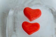 Herz mit zwei Rottönen des Eises Stockbilder