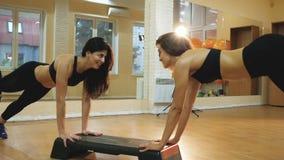 Herz Schritt, Mädchen, das Übung tut, um Gewicht und dünnen Körper, Aerobictanztraining zu verlieren in der Turnhalle, junge Frau stock footage