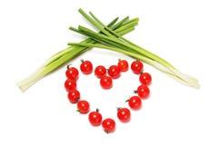 Herz-Tomate durchbohrt mit einem Pfeil Stockbilder