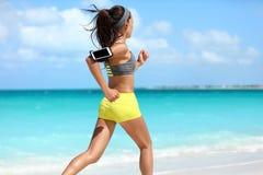 Herz Training des geeigneten Läufers, das laufendes Training auf Strand tut Stockbilder