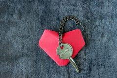 Herz und ein Schlüssel, angeschlossen durch eine Kette Lizenzfreie Stockbilder