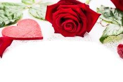 Herz und rote Rosen auf weißem Hintergrund, Valentinsgruß Lizenzfreies Stockbild