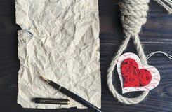 Herz und Schleife, linker Raum für Kopie Das Konzept der tödlichen Liebe lizenzfreie stockfotografie
