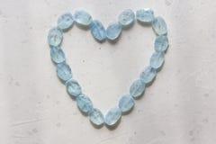 Herz vom Aquamarin Blaues Herz vom nat?rlichen Aquamarin Romance, Valentinsgru?, Liebe kopieren Sie Platz f?r Ihren Text lizenzfreies stockfoto