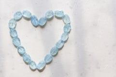 Herz vom Aquamarin Blaues Herz vom nat?rlichen Aquamarin Romance, Valentinsgru?, Liebe kopieren Sie Platz f?r Ihren Text stockbilder